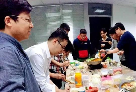 图片包含 餐桌, 人员, 室内, 美食自动生成的说明