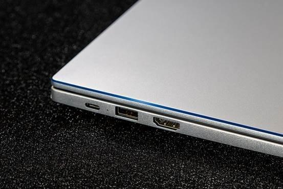 图片包含 笔记本电脑, 室内, 就坐, 电子产品  描述已自动生成