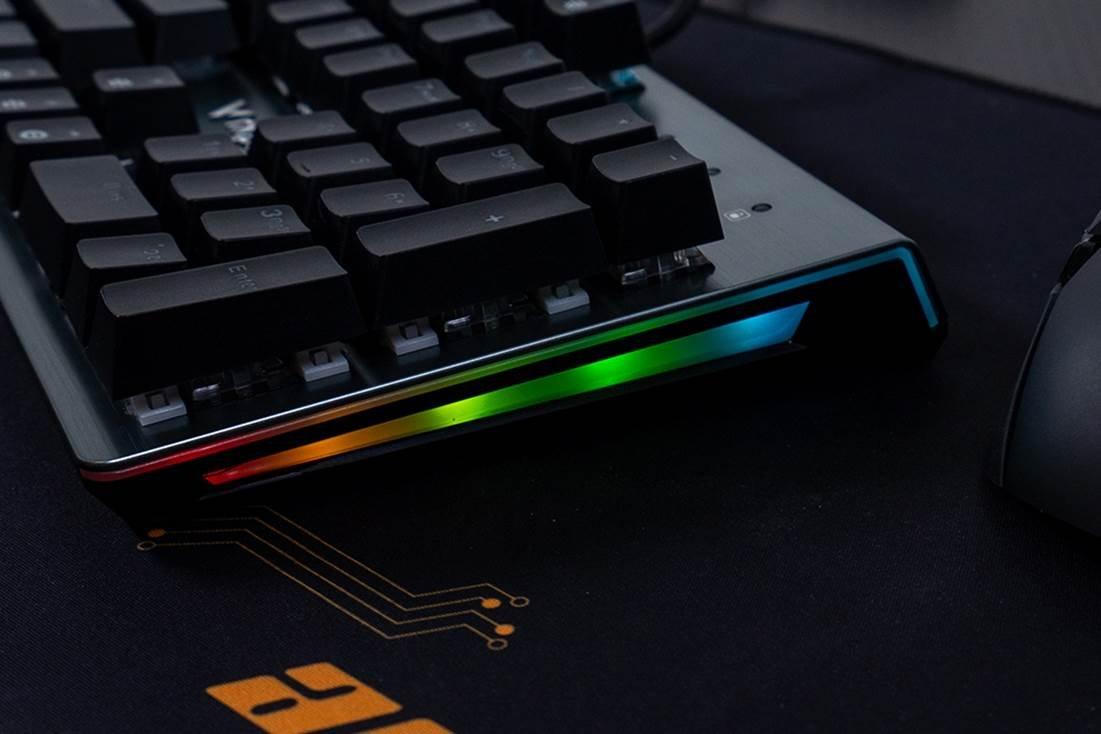 图片包含 键盘, 室内, 电子产品, 计算机描述已自动生成
