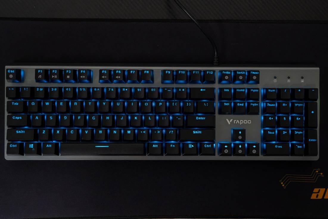 图片包含 计算机, 电子产品, 室内, 键盘描述已自动生成