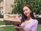 郑秀妍化身外卖员 手举披萨盒俏皮甜笑-娱乐组图