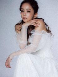 安室奈美惠再登《MORE》封面 一袭白裙超美