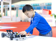 巧手搭出未来 教育机器人车展独领风骚