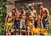 吴尊亲友泳池烧烤趴 赤裸上身大秀肌肉