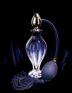 香水瓶的花纹令人联想起褶裥织物的摆动,瓶塞则仿佛一颗水滴.