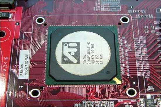 其实ATI也在很早以前就已经进军主板芯片组市场,推出了包括了A2 、A3芯片组,乃至后来正式推出的IGP9000、IGP9100系列。不过ATI在主板芯片组推广力度的欠缺,未能融合到主流的主板芯片组。目前这样的局面目前已经有了较大的改观,ATI推出的RS400芯片组是一款支持Intel P4系列处理器及PCIe 16x的芯片组产品。   其实这款RS400是ATI Radeon Xpress 200 For Intel platforms芯片组的其中一款,芯片组除了提供对Intel的Socket 4