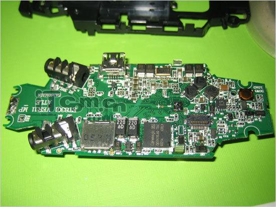 2005-10-4 09:35 IT世界 飞利浦最近推出了两款新品MP3,包括硬盘式MP3HDD070和闪存式的SA255。SA255可通过外接SD卡扩充容量,而且该机宣称使用了飞利浦自家的顶级芯片PNX0102。飞利浦芯片一致在MP3市场上成为顶级芯片的代称,此次飞利浦携带自身芯片的MP3又将如何呢?下面我们立即将此机拆解,共同见证一下这款新机到底为何芯。  SA255的螺丝都设计在机子背面,头尾各两颗,将这四颗螺丝卸下可以将机器拆开。  成功将上下两个面板拆下,可以看见占据约机身正面1/3的显示屏。
