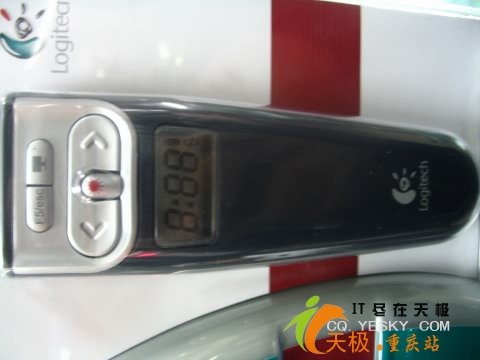 演示遥控器提供包括幻灯播放,黑屏,后退等功能在内的8个功能控制按钮.