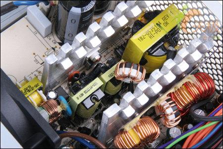 两个大电感线圈配合足以保证输出的是纯净的直流电,为电脑的稳定运行