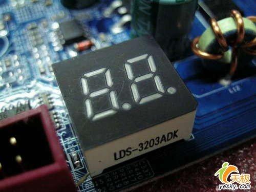 很多朋友最近都在热衷用扣肉E6300装机,小编最近在市场走访中又发现了多款通过技术改造而具备支持扣肉能力的945主板,比如这款今天刚刚到货的945PD,它基于945P芯片组,所以具备支持E6300的1066MHz前端总线,而它板载的IDE接口也方便了老用户的设备过渡。一起来看下这款仅售699元扣肉主板。