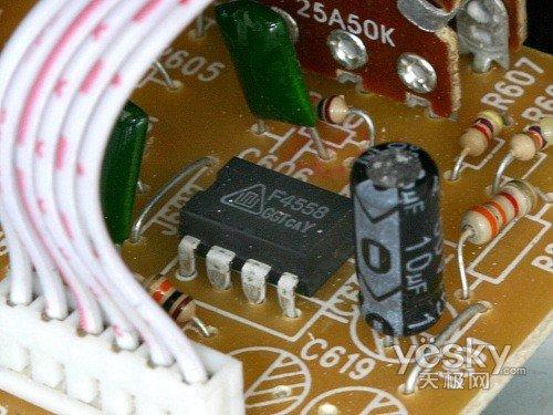 内部电路就展现在我们眼前,电路分为两部分走,上为带音调前级电路,下