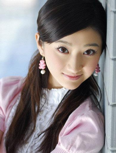 景甜:甜美少女感束发,当然要配宽可爱风格的耳饰啦