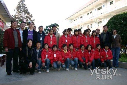 勉县副县长,老道寺中学校长及温暖行动相关领导与受捐同学合影