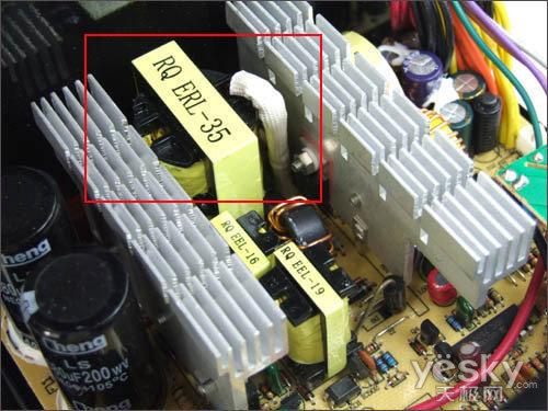 分别是驱动变压器和待机变压器,负责输出待机电压为电源的主电路供电