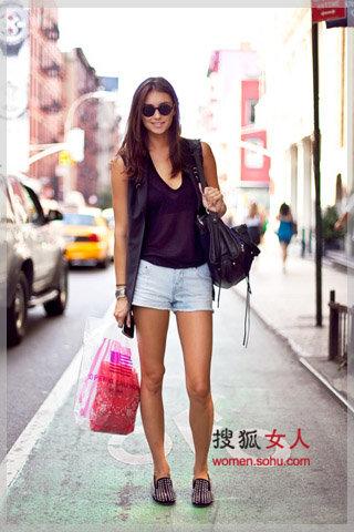 热天逛街出汗少 爆红街拍牛仔短裤图片