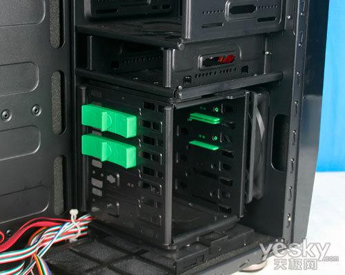 爱国者疾风骑士机箱设有4个5寸光驱位和4个3