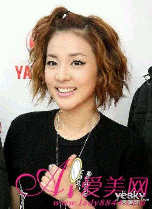 韩星爱苹果头发型 简单扎发超减龄图片