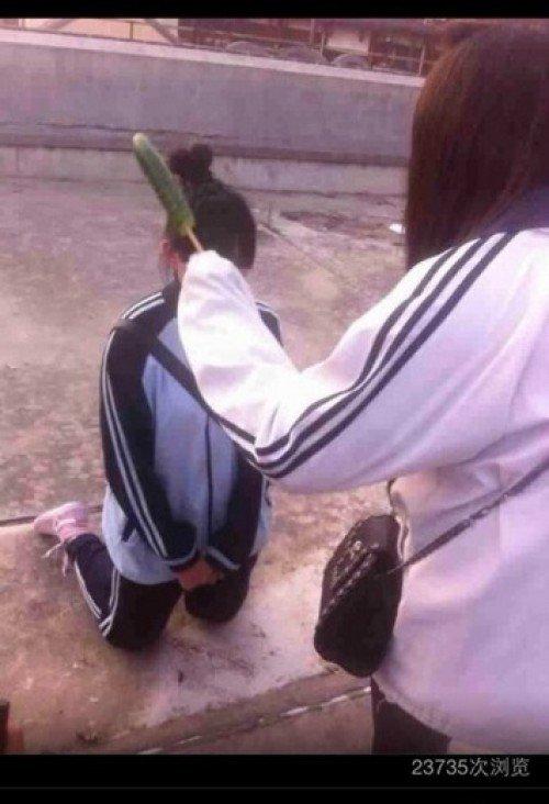 女生的逼在下体的哪里_女生被同伴逼着下跪 嘴里硬塞黄瓜