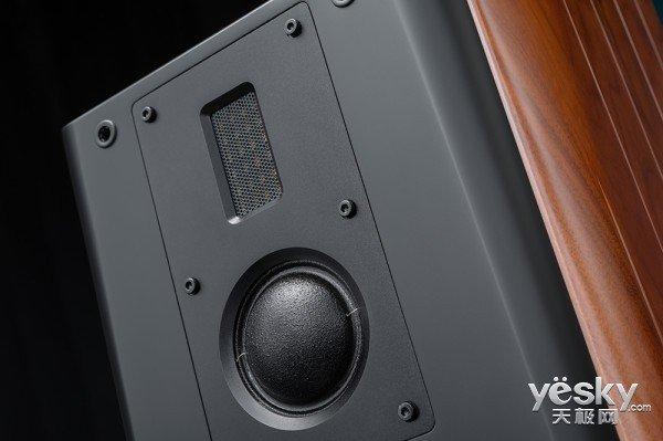 传承带式精髓,演绎完美高音   惠威带式高音,以平坦的频率响应、极快的瞬态响应速度、极小的声音失真、细腻的音质闻名音响界,奠定了惠威在国际电声界的地位,是惠威最具代表性的扬声器单元之一,主要用于顶级Hi-end音响系统。M3 Plus采用的带式高音是,传承了惠威等磁场带式高音扬声器技术精髓的最新杰作,拥有更加均匀宽广的指向特性,可以对输入信号作出瞬时响应,瞬态特性远远超过传统扬声器。惠威带式高音可以一直延伸到40kHz,拥有超高的声音解析力,表现更多的音乐细节。