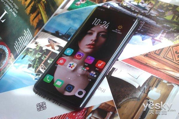 OPPO Find X   在本次大赛期间,大赛评审专家、中国机电一体化技术应用协会专家委员会主任丁未,对于获奖产品OPPO Find X创新的双轨潜望结构给予了高度肯定。丁未表示,升降摄像头的这种机械结构可以成为未来手机设计的一个探索,代表了未来手机摄像头设计的发展方向之一。   没有了传统设计的束缚,在有限的机身内部开辟了一个独立空间,OPPO Find X采用双轨潜望式结构的创新设计,把前后摄像头及距离感应器、光感器还有听筒等隐藏在了手机内部,保证了Find X正反无孔,超凡一体的设计,月牙