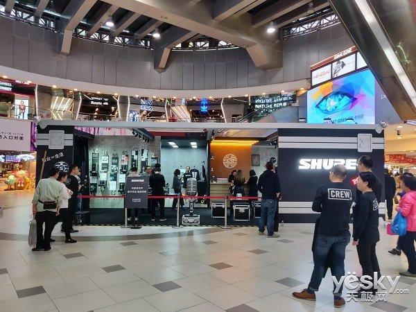 """舒尔拖着巨型""""音乐航空箱""""在上海开了家快闪店"""