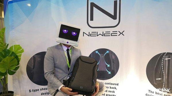 """售价199美元 Neweex""""全能""""双肩背包亮相CES2019"""