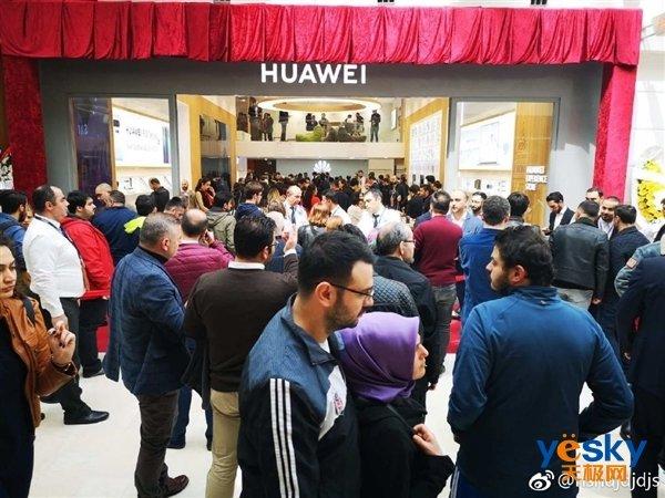 华为P30系列已出售 外洋消费者排长龙抢购 国行版发布会11日举办_手机行业消息