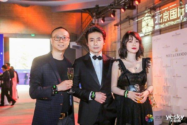 现实版众星捧月 阿尔法腕机亮相北京国际电影节