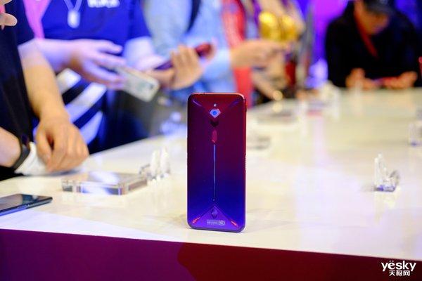 内置风扇!电竞手机的完美形态 红魔3新机评测