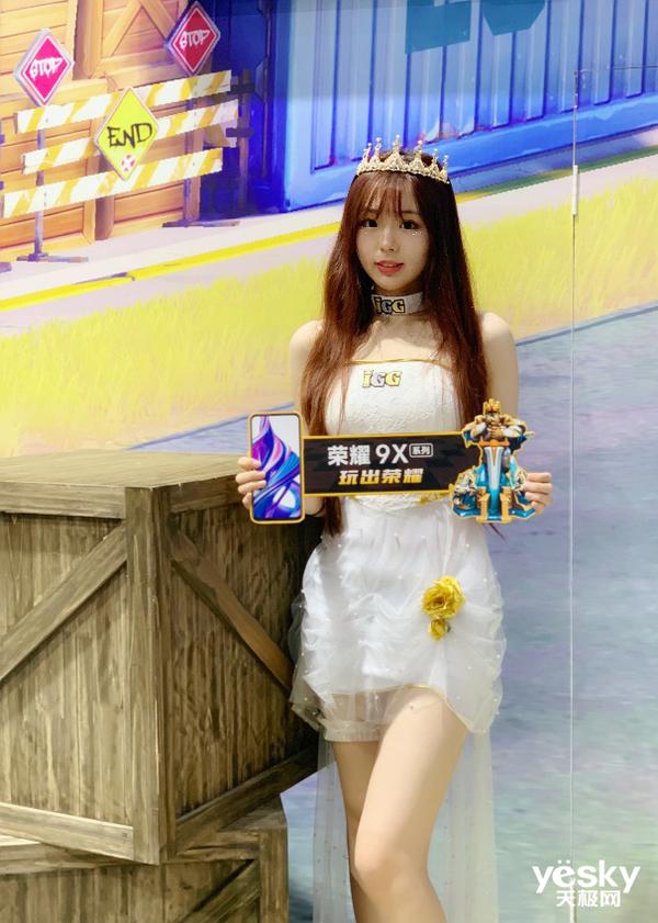 """荣耀9X助力IGG CJ之旅 玩家现场体验""""6的飞起"""""""