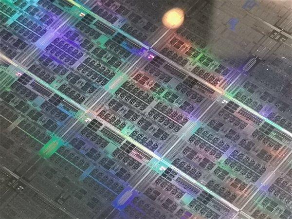 富士通展示ARM架构A64FX处理器晶圆