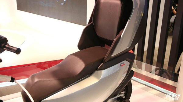 全球首款自动驾驶三轮电动摩托车小牛电动TQi现场图赏