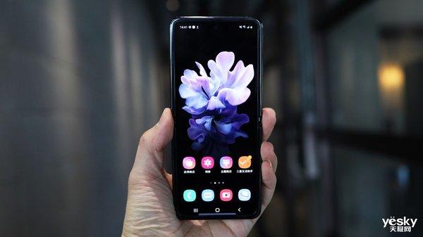 "Galaxy Z Flip的超薄玻璃盖板你还""摸""不到"