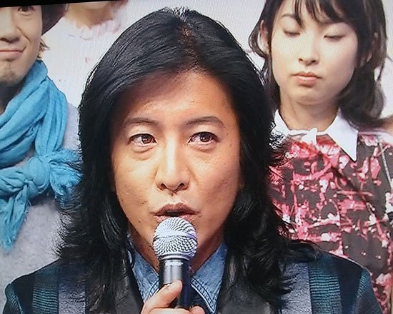 木村拓哉(资料图)   腾讯娱乐讯 (文/琳琅) 据日本Girls Channel网站最新消息,曾经多年蝉联全日本最俊型男首位,是许多女粉丝为之疯狂的梦中情人,更稳坐日剧天王宝座许多年头的木村拓哉,现如今也已经41岁了,虽然说男人40一枝花,但是木村拓哉却被指老化得太夸张,甚至是国民偶像天团SMAP成员中老态最严重的一位。   最近木村拓哉在主演的热播剧《安堂机器人》,以及上节目的样子,都让大量观众纷纷忍不住上网对他呈现出的老态议论纷纷这都成老头子了;烟抽多了吧,这两夫妻都是烟鬼;这也太