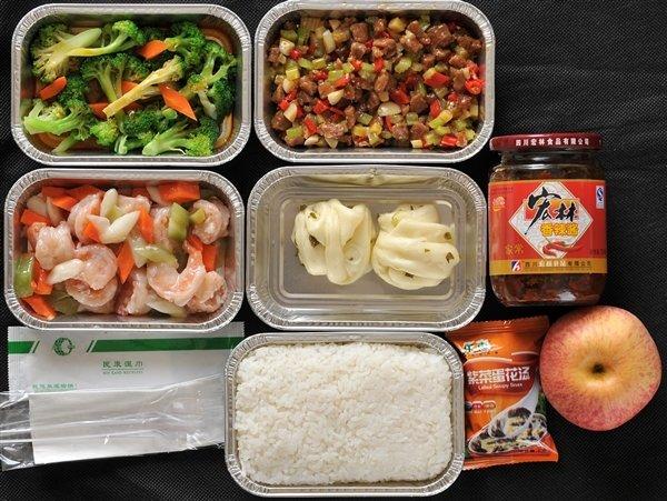 2014-12-3 16:26   【天极网IT新闻频道】我们坐飞机的时候,经济舱的盒饭是最让人吐槽的。尤其是碰上一些早班飞机,那飞机餐的质量更是让很多人倒胃口。   我们知道,在飞机上,不是什么食品都能吃,要做到吃鱼不能有刺,吃肉不能有骨头等等。但是这只是针对普通乘客的。   那么,空姐和飞行员们,在飞机上都是吃什么呢?也许很多人想到了,他们的餐食,要比经济舱乘客的好得多。而且在食品安全上会更加讲究,以免食品出现意外,导致正机长、副机长、机组乘务员同时出现身体异常。   不过,有统计数据表示,民航飞行员