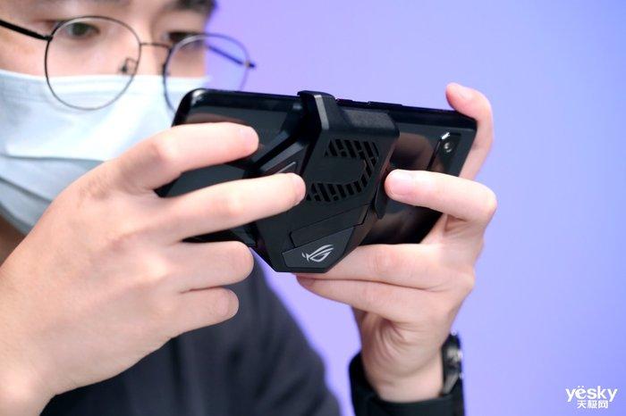 电竞狂潮:骁龙888 Plus加持 腾讯ROG游戏手机5s Pro深度评测