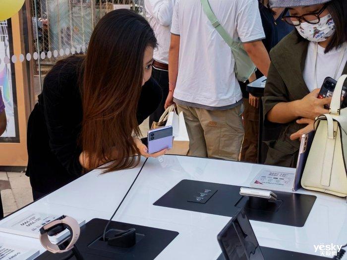 三星全新折叠屏手机快闪店开幕 第一时间上手体验折叠屏新品