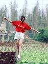 叶一茜采摘蔬菜活力满满 穿短裤大秀长腿-娱乐组图