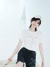 娜扎双手抱膝露长腿 歪头看镜呆萌可爱-中国女明星