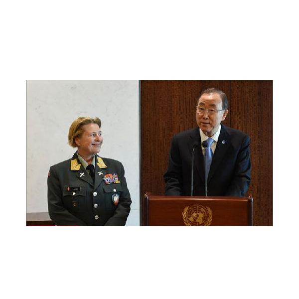 2014-5-14 14:47    潘基文(右)12日任命挪威女少将克丽斯廷伦担任联合国驻塞浦路斯维和部队指挥官。   5月14日报道 联合国秘书长潘基文12日任命联合国维和行动首位女指挥官。他任命一名挪威人担任联合国驻塞浦路斯维和部队(联塞部队)指挥官。   据法新社5月12日报道,现年56岁的挪威少将克丽斯廷伦将在8月中旬接替届时卸任的中国少将刘超。   伦有34年的国内服役和参与联合国维和行动经历,她曾在2007年至2009年担任挪威武装部队司令部副指挥官,并曾担任挪威国民军参谋长。她还曾参加联